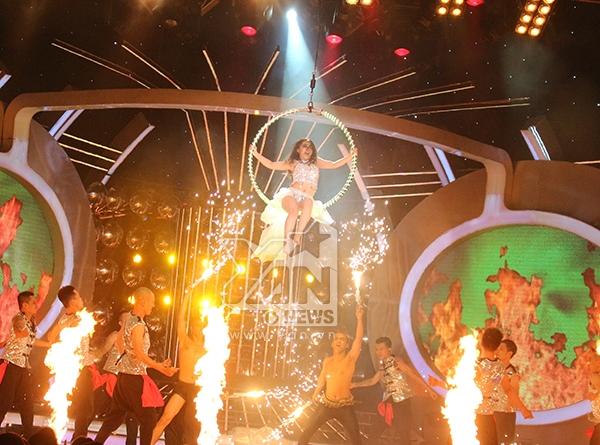 Mi-A tiếp nối đêm chung kết với màn hóa thân thành nữ ca sĩ người Anh gốc Ấn Độ Katrina Kaif.
