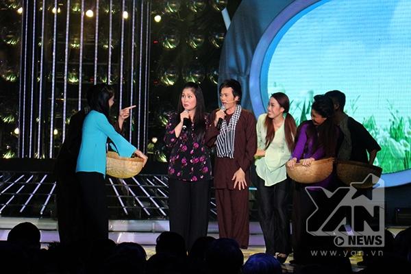 Giám khảo Hoài Linh và NSND Hồng Vân khiến khán giả cười nghiêng ngả với tiết mục Ra giêng anh cưới em. Danh hài Hoài Linh chọc cười khán giả bằng cách bắt chước điệu nhảy của Sơn Tùng M-TP trong Em của ngày hôm qua.