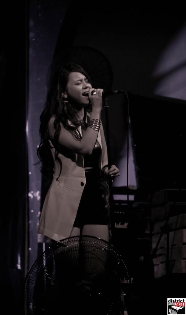 """Tại họp báo, Hải Châu đã giới thiệu single """"Out of control"""" bằng cách hát live với ban nhạc"""