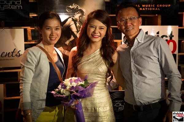 Rất nhiều bạn bè đã đến chung vui và chúc mừng cho sự thành công của Tia Hải Châu.