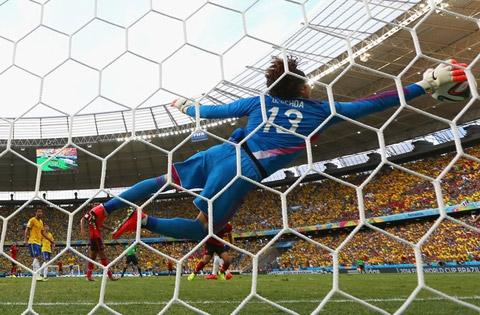 Ochoa làm nản lòng tất cả các chân sút của Brazil