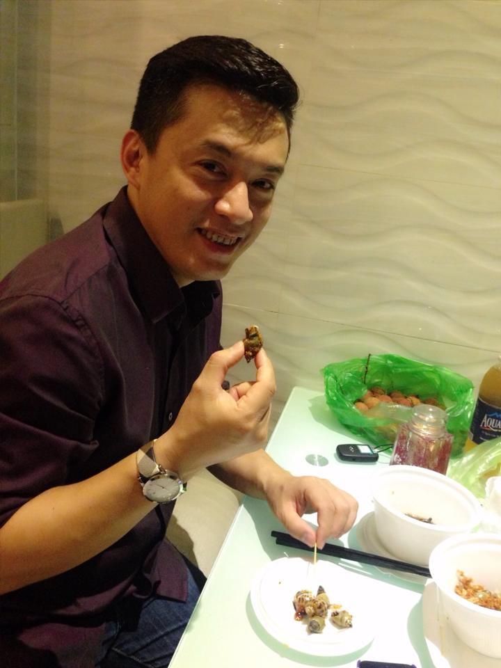Anh Hai Lam Trường tươi cười rạng rỡ bên những thố ốc vô cùng hấp dẫn.