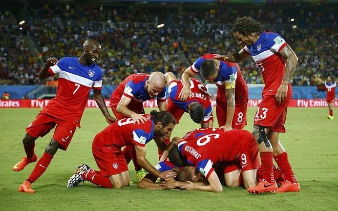 John Brooks gục mặt xuống sân như muốn khóc vì xúc động sau pha ghi bàn đem lại chiến thắng 2-1 cho tuyển Mỹ trước Ghana.