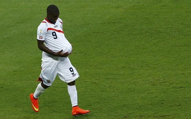 Joel Campbell giả bụng bầu sau pha ghi bàn vào lưới Uruguay. Bàn thắng này khởi đầu cho cú trở mình của Costa Rica dẫn đến chiến thắng 3-1 đầy bất ngờ.