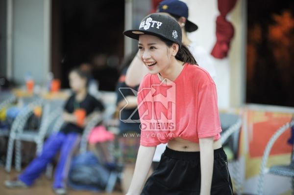 Chi Pu với nụ cười rạng rỡ, dù chiếc áo đã ướt đẫm mồ hôi nhưng cô nàng vẫn rất hăng say tập luyện cùng mọi người.