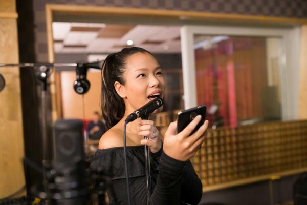 Bài hát jazz này cũng là bài hát giám đốc âm nhạc Huy Tuấn lựa chọn cho Phương Vy, đây là một ca khúc có tiết tấu thay đổi khá phức tạp, lời bái hát gồm bốn phần, mỗi phần lại có một kiểu hát khác nhau nên e rằng đây sẽ là một trở ngại lớn cho Phương Vy. - Tin sao Viet - Tin tuc sao Viet - Scandal sao Viet - Tin tuc cua Sao - Tin cua Sao