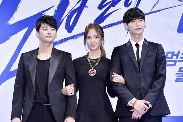 Yuri bên cạnh hai mỹ nam Seo In Guk và Lee Jong Suk