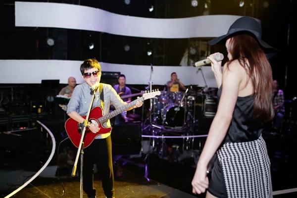 Nữ ca sĩ luyện tập và bàn bạc rất kĩ với ban nhạc và nhạc sĩ Phương Uyên để có thể phối hợp ăn ý khi biểu diễn. - Tin sao Viet - Tin tuc sao Viet - Scandal sao Viet - Tin tuc cua Sao - Tin cua Sao
