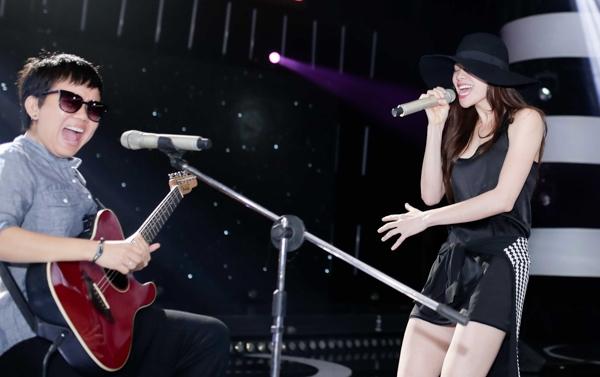 Tiết mục của Hà Hồ rất được trông đợi từ nhiều người hâm mộ vì cô sẽ chỉ hát với tiếng đàn guitar của nhạc sĩ Phương Uyên. - Tin sao Viet - Tin tuc sao Viet - Scandal sao Viet - Tin tuc cua Sao - Tin cua Sao