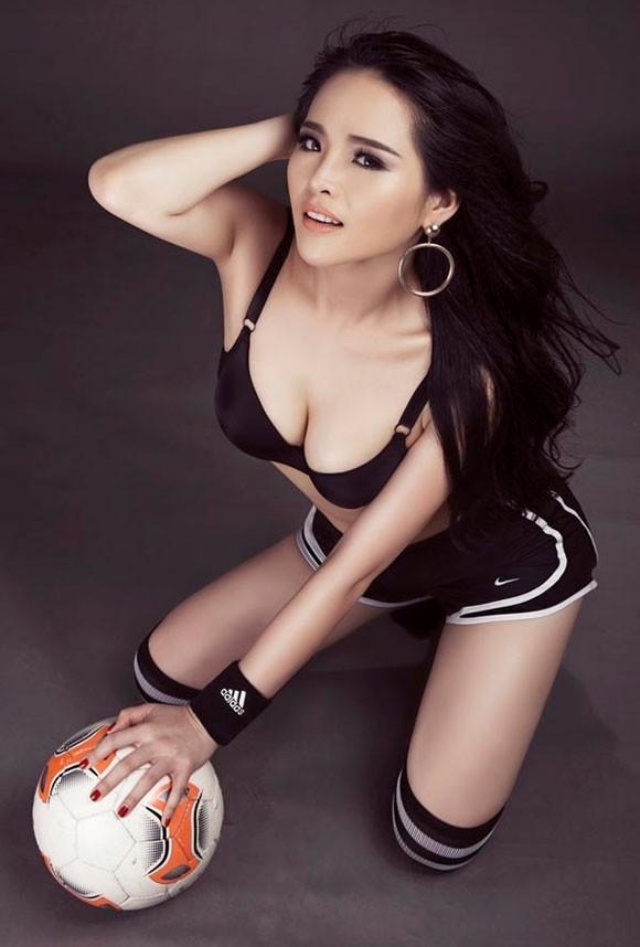 Lại Hương Thảo khéo léo khoe hình thể sexy cùng những đường cong đầy cuốn hút của mình. Cô mong muốn bộ ảnh phần nào tiếp sức cho các cổ động viên Việt có thêm tinh thần cổ vũ World Cup. Ảnh: Kelvin Nguyễn.