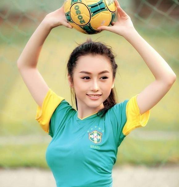 Hưởng ứng cuồng nhiệt ngày hội bóng đá còn có hot girl Quỳnh Nhi - cựu thành viên nhóm nhạc nữ X5. Người đẹp 9X thực hiện một bộ ảnh ấn tượng trong màu áo đội tuyển quốc gia Brazil. Ảnh: Tuấn Hoàng.