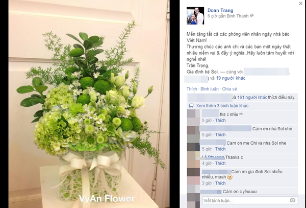 Đoan Trang cùng gia đình của mình đã gửi tới các phóng viên món quà nhỏ cũng như lời chúc tốt đẹp nhất.
