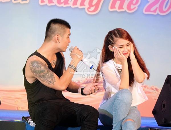 Anh chàng đã hát tặng cô nàng hotgirl một ca khúc quen thuộc của mình: Beautiful Girl. Ngọc Thảo cảm thấy thẹn thùng và đã có những cử chỉ e ấp trên sân khấu khá là dễ thương khiến các fan vô cùng thích thú.