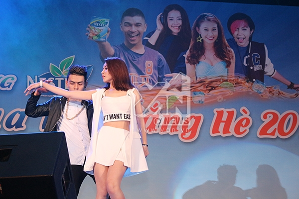 Không kém cạnh gì 2 người bạn của mình, Chi Pu cũng khoe những động tác vũ đạo vô cùng ]gợi cảm trong ca khúc Tell me now. Cô nàng chia sẻ cảm thấy vô cùng nhẹ nhõm sau phần trình diễn của mình, vì trong bài nhảy của cô sẽ có một màn nhào lộn trên sân khấu.