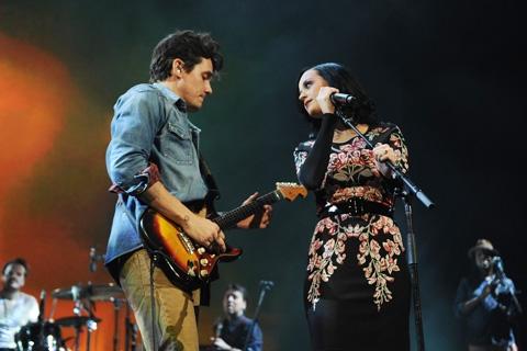 """Trước khi Katy Perry và John Mayer chia tay, họ đã cùng viết và thu âm ca khúc """"Who You Love"""". Cả hai trình diễn ca khúc đó một lần trên sân khấu New York"""