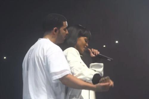 """Mối quan hệ của Rihanna và Drake đánh dấu bằng vài lần trình diễn với nhau. Ngoài màn song ca tại Grammy 2011, Drake còn đưa Rihanna theo tour của anh để hát chung ca khúc """"Take Care"""" đầu năm nay."""