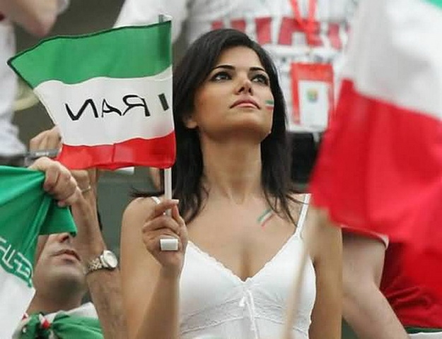 CĐV Iran hò reo, cổ vũ liên tục cho đội nhà
