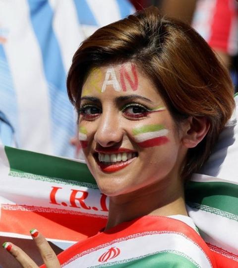 Một fan nữ Iran khiến mọi người xao xuyến với nụ cười ngọt ngào