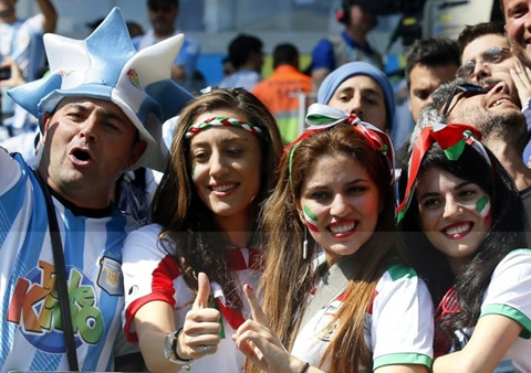 1 CĐV Argentina chụp ké với các người đẹp của Iran
