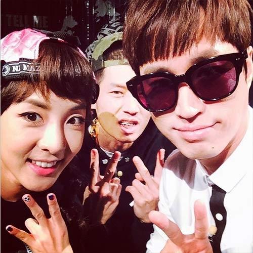 Dara khoe hình cùng các đàn anh trong gia đình YG