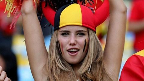 Nữ CĐV cổ vũ hết mình cho ĐT Bỉ