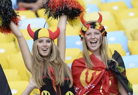 Sau trận, cô gái này và số ít CĐV Bỉ còn nán lại khá lâu để ăn mừng với Quỷ đỏ khi đoàn quân của HLV Marc Wilmots đã giành vé sớm vào chơi vòng knock-out