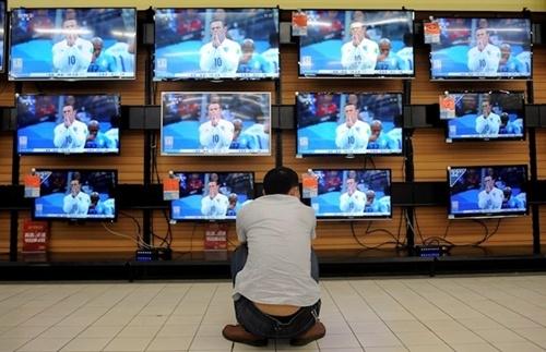 Một cổ động viên ngồi trước màn hình TV xem các trận đấu tại World Cup ở thành phố Vũ Hán, Trung Quốc (Nguồn: Reuters)