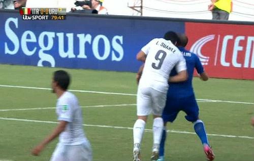 """Suarez không ngần ngại """"ngoạm"""" vào vai Chiellini"""