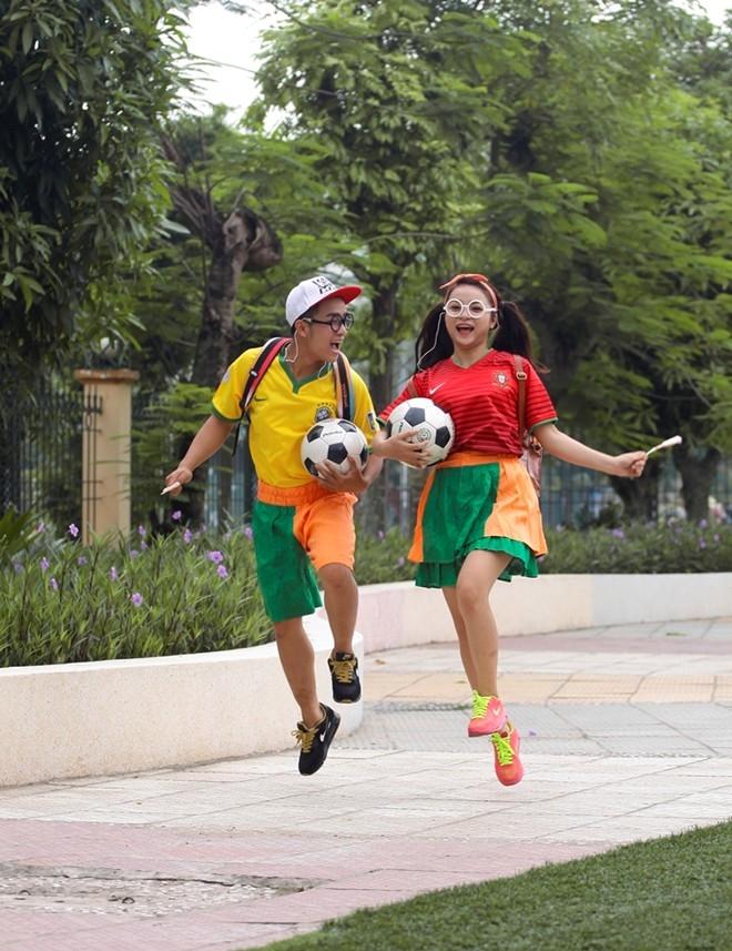 Từ thuở nhỏ, Nam và Ngọc Anh đã luôn bên nhau, cùng lớn lên với trái bóng. Cả hai trong trang phục Bồ Đào Nha (màu đỏ) và Brazin (màu vàng). Đỗ Duy Nam (sinh năm 1990) là diễn viên nhà hát Tuổi trẻ, Ngọc Anh Berry (sinh năm 1995) đang học trường ĐH Sân khấu Điện ảnh.