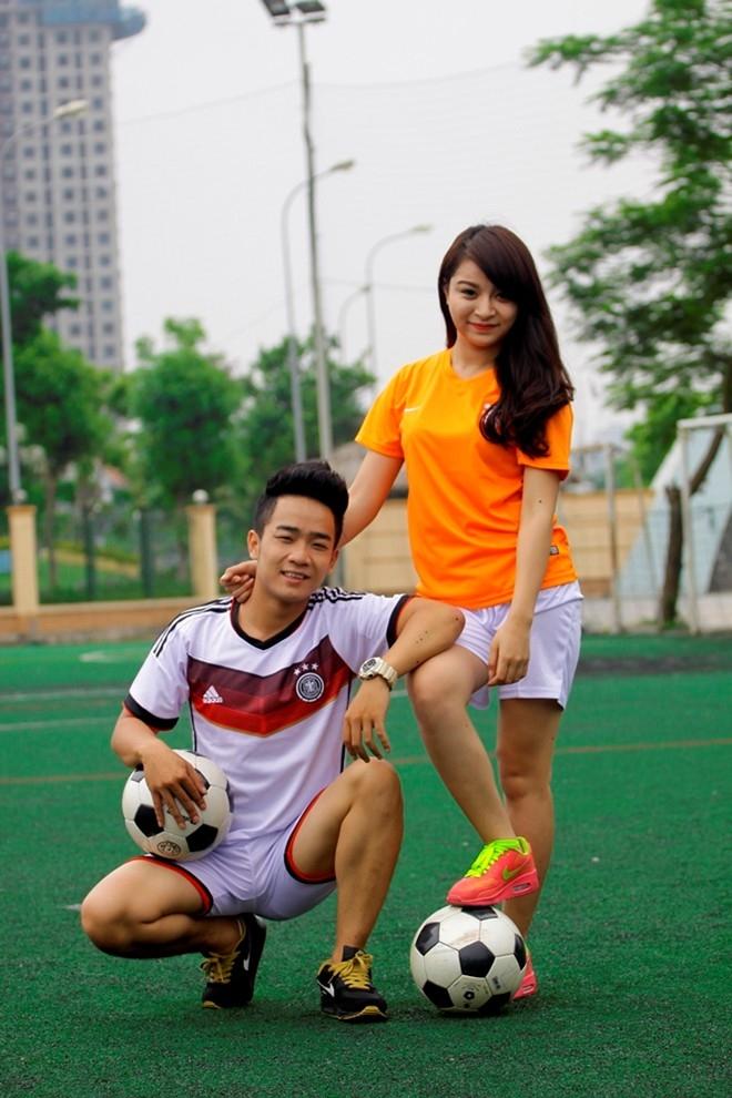 Đến khi trưởng thành, tình yêu bóng đá mang họ lại gần nhau, trở thành tình yêu đôi lứa.