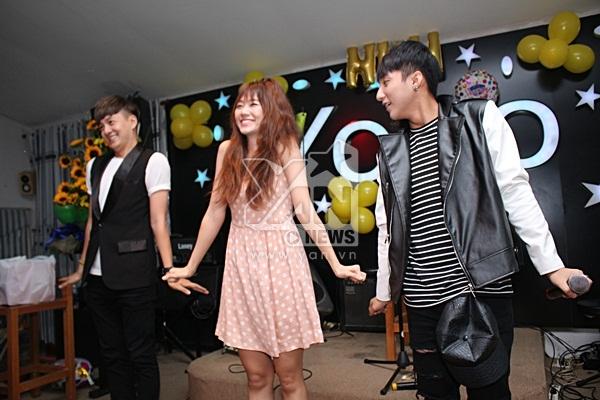 Hari Won gây bất ngờ với vũ đạo cực kỳ sexy và khiến hai anh chàng đứng cạnh phải liên tục bất ngờ vì mình - Tin sao Viet - Tin tuc sao Viet - Scandal sao Viet - Tin tuc cua Sao - Tin cua Sao
