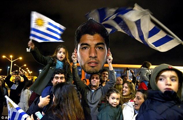 Nhiều CĐV chờ đón Suarez ở sân bay khi anh trở về Uruguay