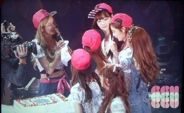 Seohyun không cầm được nước mắt khi được mừng sinh nhật cùng SNSD và các fan