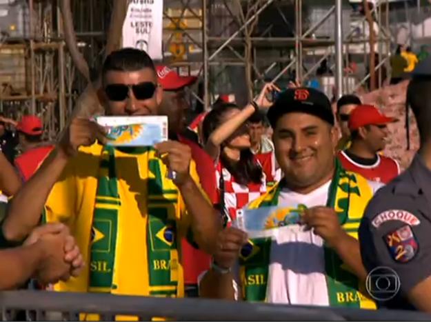 """Còn thừa một chiếc vé xem lễ khai mạc, có giá hàng trăm USD, nhưng anh Eli người Mỹ thay vì bán, lại đi tìm một người nghèo sống gần SVĐ để có người cùng dự lễ khai mạc. """"Chúng tôi sẽ trở thành bạn tốt suốt đời"""" - người đàn ông Brazil may mắn cảm thán."""