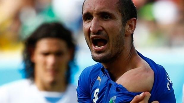 Nạn nhân Chiellini cho rằng hình phạt của FIFA với Suarez là quá nặng