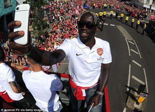 Sagna tự sướng trong lễ diễu dành mừng ngôi vô địch FA Cup