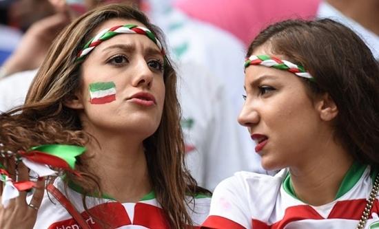Lột bỏ lớp khăn bịt mặt, những fan nữ Iran xinh đẹp bất ngờ.