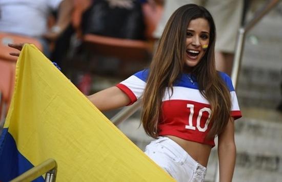 Vẻ gợi cảm của nữ cổ động viên Colombia.
