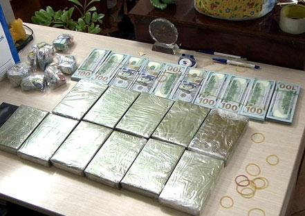 11 bánh heroin và gần 100.000 USD. Ảnh: C.A