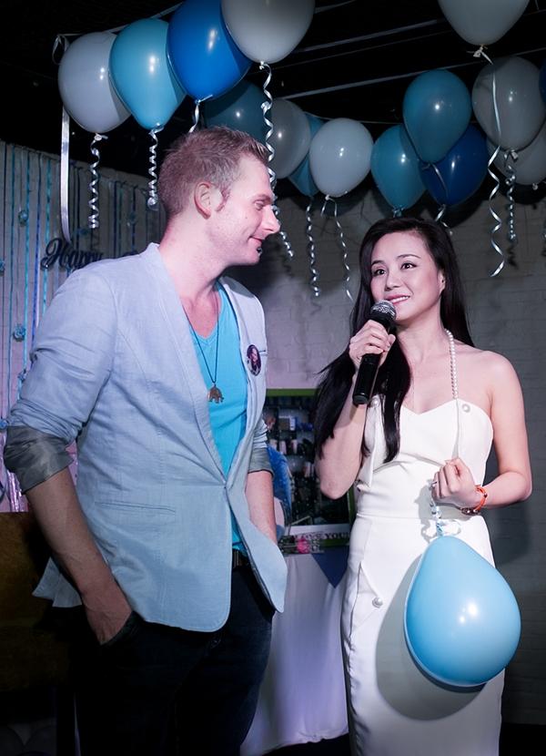 Vy Oanh gửi tặng khán giả một ca khúc với phần đệm đàn của nhạc sĩ Nguyễn Hà.