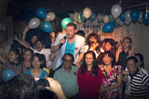 Dù trời mưa nhưng những người hâm mộ vẫn đến rất đông và đủ mọi đối tượng từ em bé 5 tuổi đến những người lớn 70, 80 tuổi và họ ở từ khắp nơi, có những người từ các tỉnh khác đến từ rất sớm . Họ là những người yêu mến giọng hát của Kyo York.
