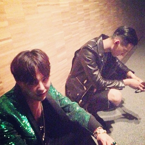 G-Dragon khoe tóc bổ luống và đi chơi cùng Park Hyueng Seop tại Paris