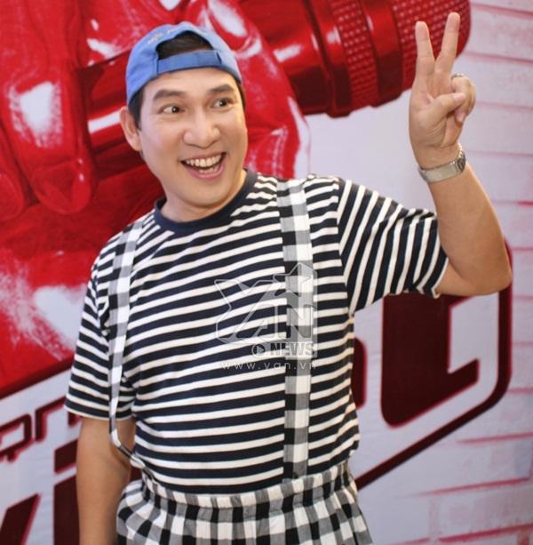 Danh hài Quang Thắng đảm nhận vai trò MC hậu trường. Anh luôn tạo cho các bé thí sinh một không khí vui vẻ, bớt căng thẳng. Bên cạnh đó, khi vô tình phát hiện có ống kính phóng viên, anh liền tạo dáng rất là xì tin và dễ thương.