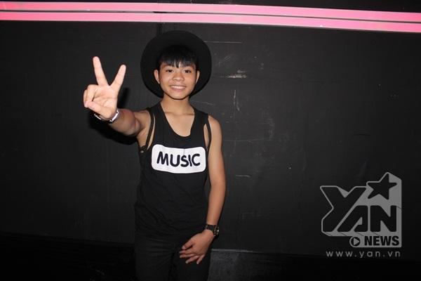 Có mặt khá sớm trong hậu trường, Quang Anh diện trang phục năng động đến cổ vũ tinh thần cho các bạn thí sinh năm nay.