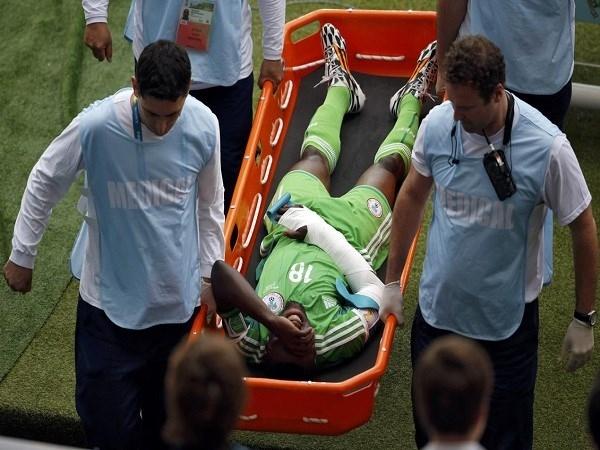 Cầu thủ của Nigeria đã bị gãy tay trong trận gặp Argentina