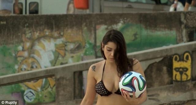 Fiorella Castillo đã trình diễn kỹ năng tuyệt vời của mình với trái bóng chính thức của World Cup, Brazuka
