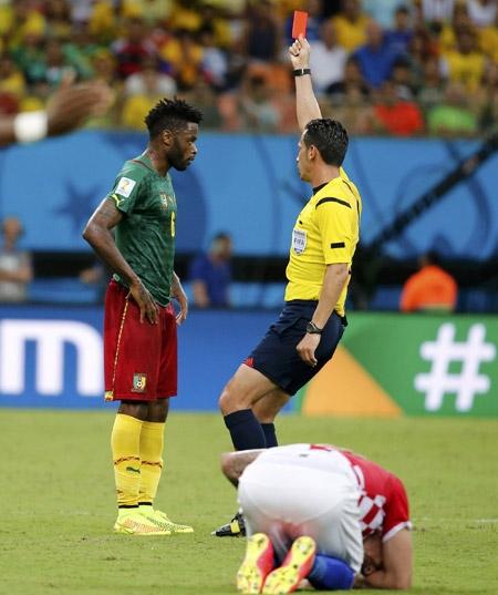 Chiếc thẻ đỏ của Song ở cuối hiệp một khiến Cameroon vỡ trận và thua đậm trong hiệp hai. Ảnh: Reuters.