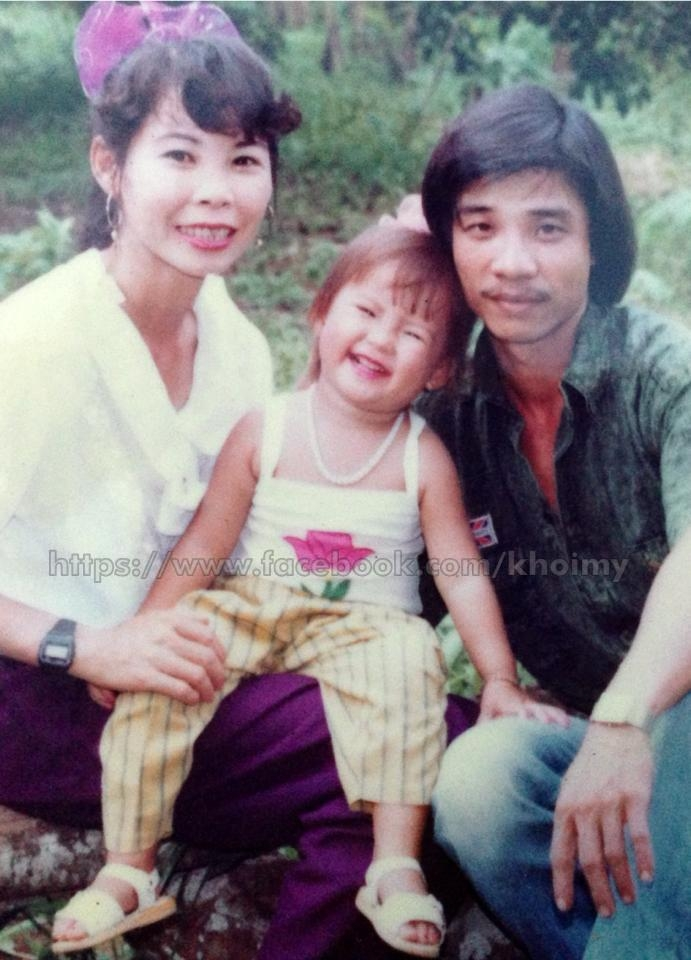 Tấm hình hiếm hoi Khởi My chụp cùng bố và mẹ. Bố mẹ cô ly hôn khi cô tròn 15 tuổi - Tin sao Viet - Tin tuc sao Viet - Scandal sao Viet - Tin tuc cua Sao - Tin cua Sao