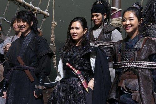 Sulli và Son Ye Jin trong phim Pirates