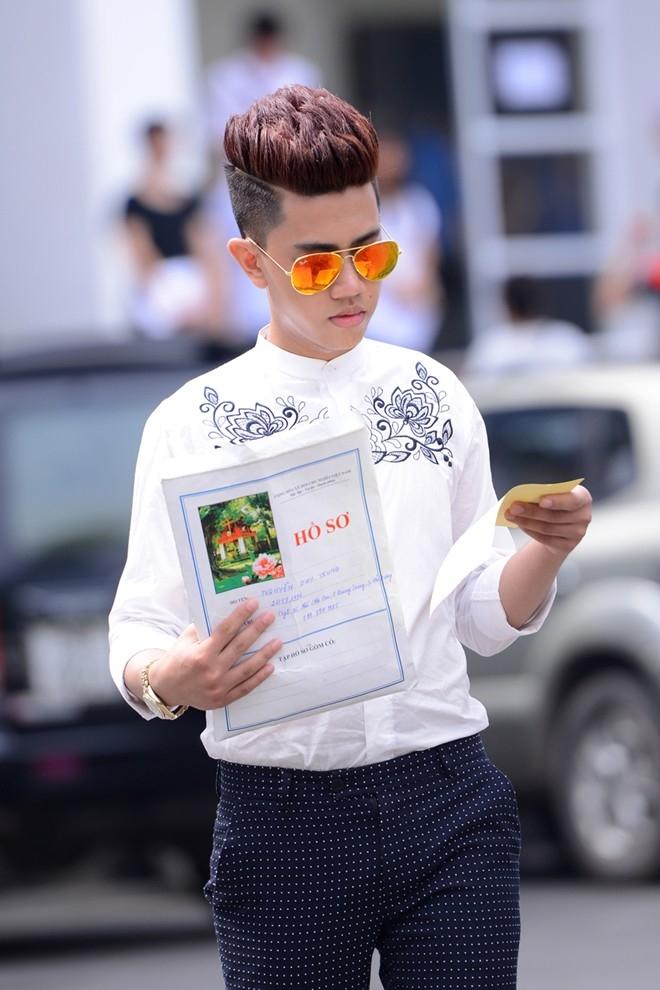 Nguyễn Duy Trung đến từ Hải Dương cầu kì với áo họa tiết, quần kẻ và kính phản quang. Bạn trẻ cho biết, rất tự tin với gu thời trang của mình.